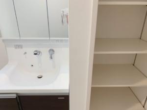 洗面台横に稼働棚にはタオル等をすっきり片付けられます
