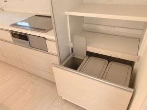◆POINT◆システムキッチン横のパントリー最下段にはゴミ箱がシンデレラフィット!!